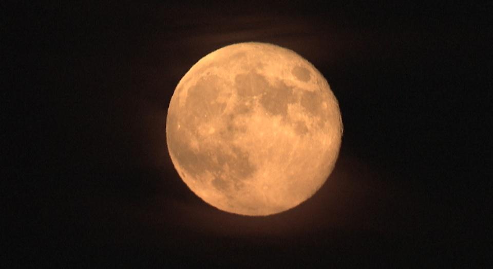 한가위 보름달, 구름 사이로 볼 수 있어